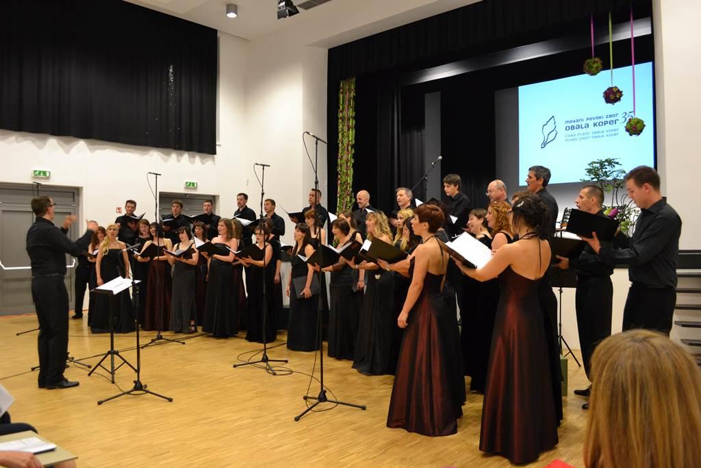 Celovečerni koncert ob počastitvi 35-letnice delovanja zbora v dvorani doma krajevne skupnosti na Škofijah Foto: arhiv zbora