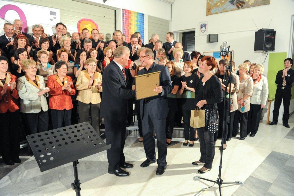 Pevec MoPZ Franc K. Meško Sele Vrhe, Viktor Hovnik, prejema priznanje za 50. nastop na srečanju. Foto: Anka Slovenj Gradec