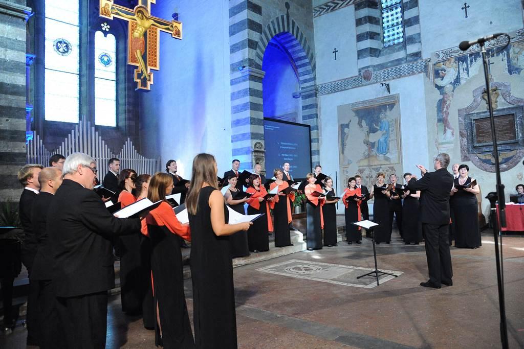 Komorni zbor Ipavska in zborovodja Matjaž Šček med tekmovalnim nastopom ... Foto: Tavanti, Arezzo