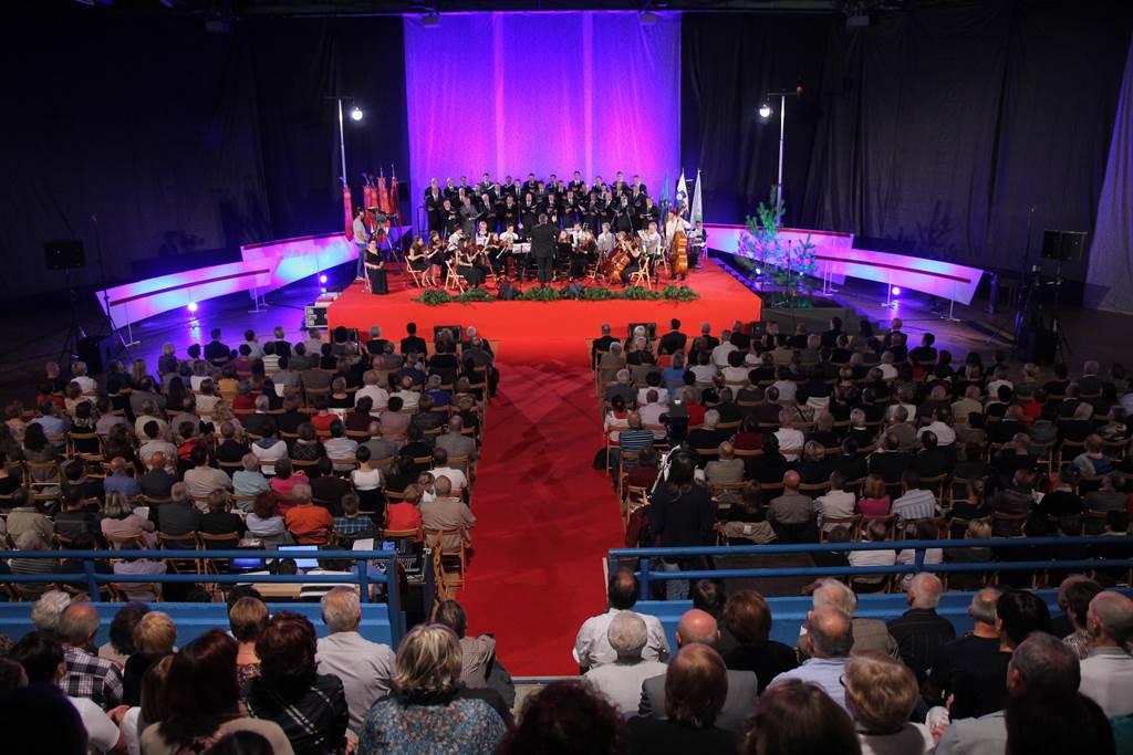 Polna dvorana ŠRC Police na prvi izvedbi koncerta v Ajdovščini Foto: Leo Caharija