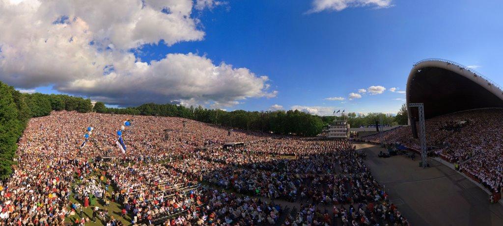 Lani se je v Estoniji odvil 26. tradicionalni Estonski pevski festival, ki je pritegnil rekordno število udeležencev – 153.000, od tega kar 33.025 pevcev in 10.082 plesalcev. Foto: Andrej Bodrov (www.panoramio.com)