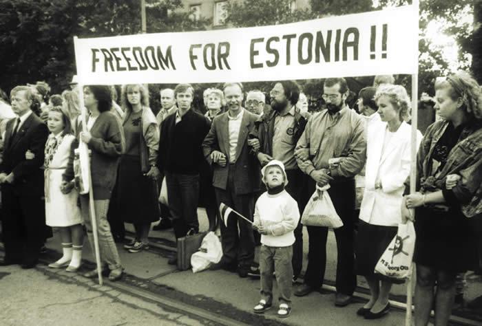 Minilo je 25 let od baltskega gibanja za neodvisnost, imenovanega »pevska revolucija« (Singing revolution). Dva milijona ljudi je sklenilo 600 km dolgo človeško verigo, ki je povezala tri baltske prestolnice (Talin, Riga,Vilna) in zahtevala demokracijo ter konec sovjetskega nadzora. Foto: www.engetranslations.ee