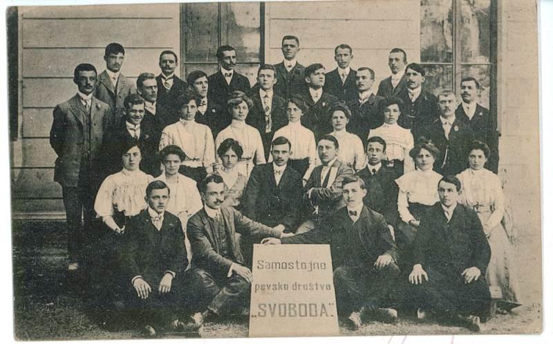 Samostojno pevsko društvo »Svoboda« iz Idrije, ustanovljeno leta 1911; razglednica Vir: arhiv avtorja