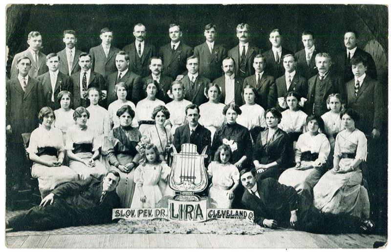 V ameriškem Clevelandu, zvezna država Ohio, je od leta 1912 delovalo pevsko društvo »Lira«. Njegovo fotografijo je v domovino zanesel ljubljanski list »Ilustrirani tednik«, izdali pa so jo tudi na samostojni razglednici. Foto: Arhiv avtorja