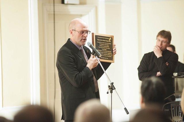 Paul Cummings, umetniški direktor Festivala Kathaumixw, med nagovorom ob predaji totema v Ljubljani Foto: Jana Jocif