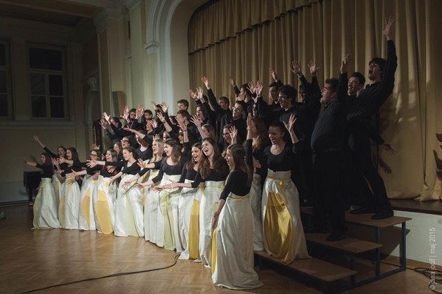 Mladinski mešani zbor sv. Stanislava ŠKG med koncertom v Ljubljani ob predaji totema ... Foto: Jana Jocif