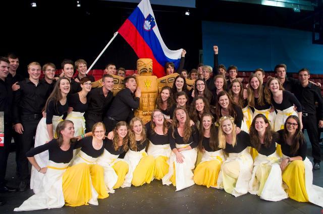 Zmagovalni zbor ob unikatni glavni nagradi – totemu Foto: Jana Jocif
