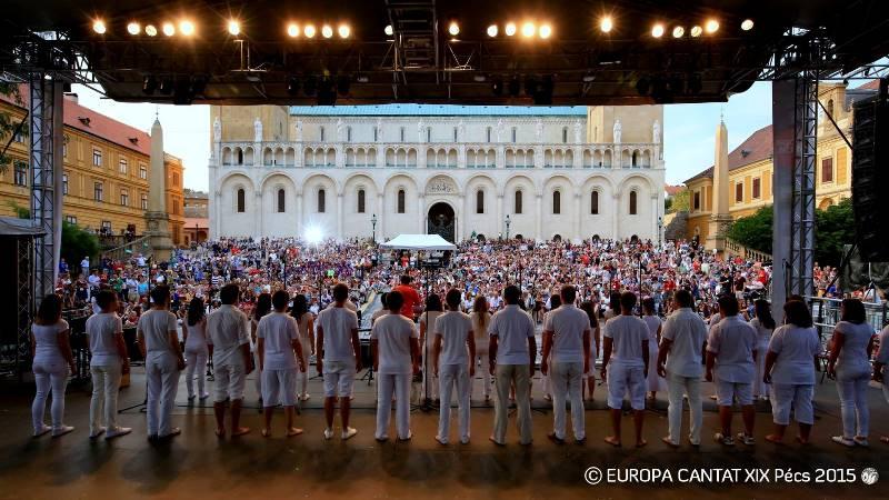 Pogled na množico ljudi, ki se je vsak večer zbirala na stolnem trgu za skupno petje na prostem (»open singing«) Foto: Europa Cantat