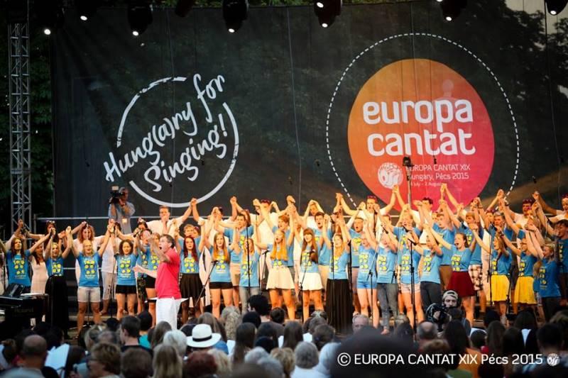 Na zaključni prireditvi so estonski pevci oblekli majice EC Talin 2018. Foto: Europa Cantat