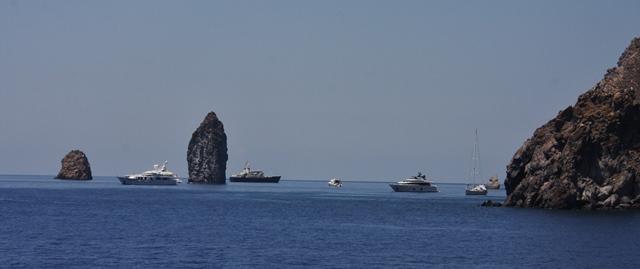 I faraglioni – vulkanske čeri med Eolskima otokoma Lipari in Vulcano Foto: Branka Kljun