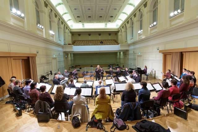 Grete Pedersen na vaji z Zborom Slovenske filharmonije Foto: Darja Štravs Tisu