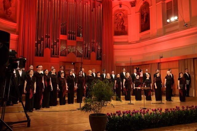 »K odločitvi o vabilu slovenskim dirigentom, ki so z zborom sodelovali v Vokalnih abonmajih, je botrovala narava dela Zbora Slovenske filharmonije. Zelo sem vesela, da so se kolegi vabilu odzvali. S to idejo se je občinstvu jasno in celostno predstavilo delovanje profesionalnega ansambla, ki mora biti izjemno prilagodljiv, predvsem pa profesionalen in dosleden v vseh vidikih svojega poslanstva. Takih predstavitev, takih stanovskih srečanj, sodelovanj, povezovanj in medsebojnih bogatitev bi si morali posebej želeti, jih spodbujati in podpirati. Na ta zbor, Zbor Slovenske filharmonije, sem izredno ponosna.« Foto: Darja Štravs Tisu