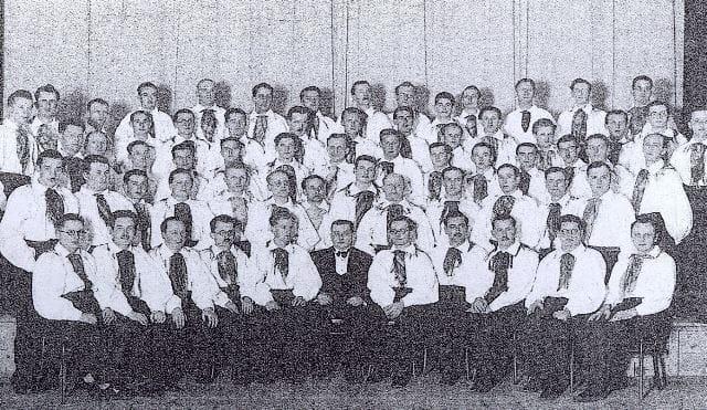 Pogosta APZ-jeva slika. Pevci so nosili oblačila v narodnem slogu. Foto: arhiv NUK