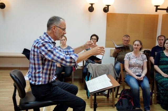 »Več, še več energije v piano -- napolnite z njim ves prostor.« Barlow Bradford in KPZ Mysterium med pripravo na koncert v petek 3. junija 2016 v Slovenski filharmoniji. Foto: arhiv zbora