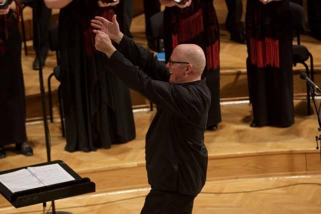 »V Sloveniji opažam velik porast mladih dirigentov, predvsem ženskih, in zborovskih skladateljev – porast vzajemnosti in sodelovanja, ki prinaša pomembno dimenzijo skupnega ustvarjanja in poustvarjanja.« (Gary Graden)
