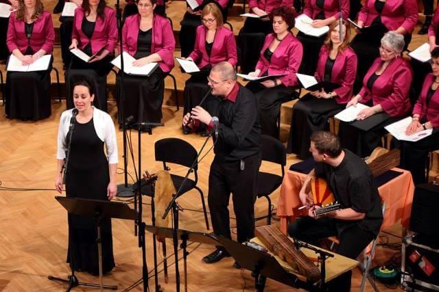 Medigre koncertnega programa so ustvarili trije ljudski glasbeniki: pevka Szilvia Bognár, instrumentalista Balázs Szokolay Dongó(pastirska piščal, dude, taragot) in Mátyas Bolya (kobza, citre).