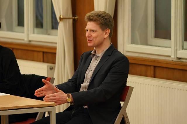 Dirigent Zoltán Pad je sedanji šef dirigent Madžarskega radijskega zbora, pred tem je bil šef dirigent profesionalnega zbora Kodály v Debrecenu, od leta 2005 pa predava na Kodályjevem glasbenopedagoškem inštitutu Lisztove akademije v Budimpešti.