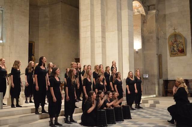 Carmina Slovenica se je tokrat preizkusila tudi v delavnici znamenite francoske dirigentke in žirantke najpomembnejših zborovskih tekmovanj, Valerie Fayet. Foto: Thierry Wagner