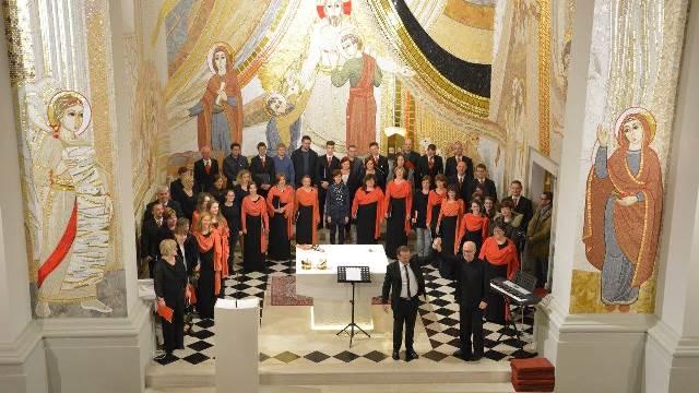 Michele Josia, Javier Busto in udeleženci mojstrskega tečaja z zborom Foto: Marko Česen Šček